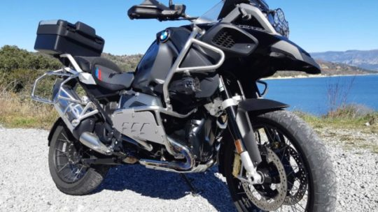 Protection latérale de crash bar BMW R 1200 GS/GSA LC. Disponible en noir ou en gris.
