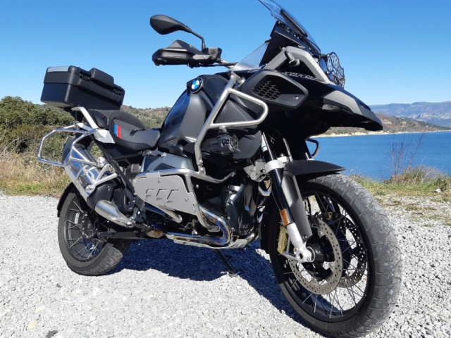 Protection latérale de crash bar BMW R 1200 GS/GSA LC. Disponible en noir ou en gris.